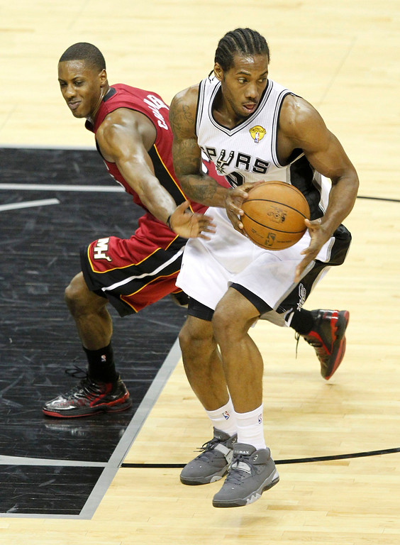 . San Antonio Spurs\' Kawhi Leonard (R) steals the ball from Miami Heat\'s Mario Chalmers during the third quarter in Game 3 of their NBA Finals basketball playoff in San Antonio, Texas June 11, 2013. REUTERS/Mike Stone