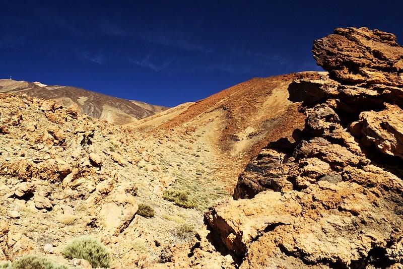 Montaňa Blanca a Teide ze silnice. Začíná se nám znovu ukazovat i chata Altavista (na dalších snímcích bude vidět líp).