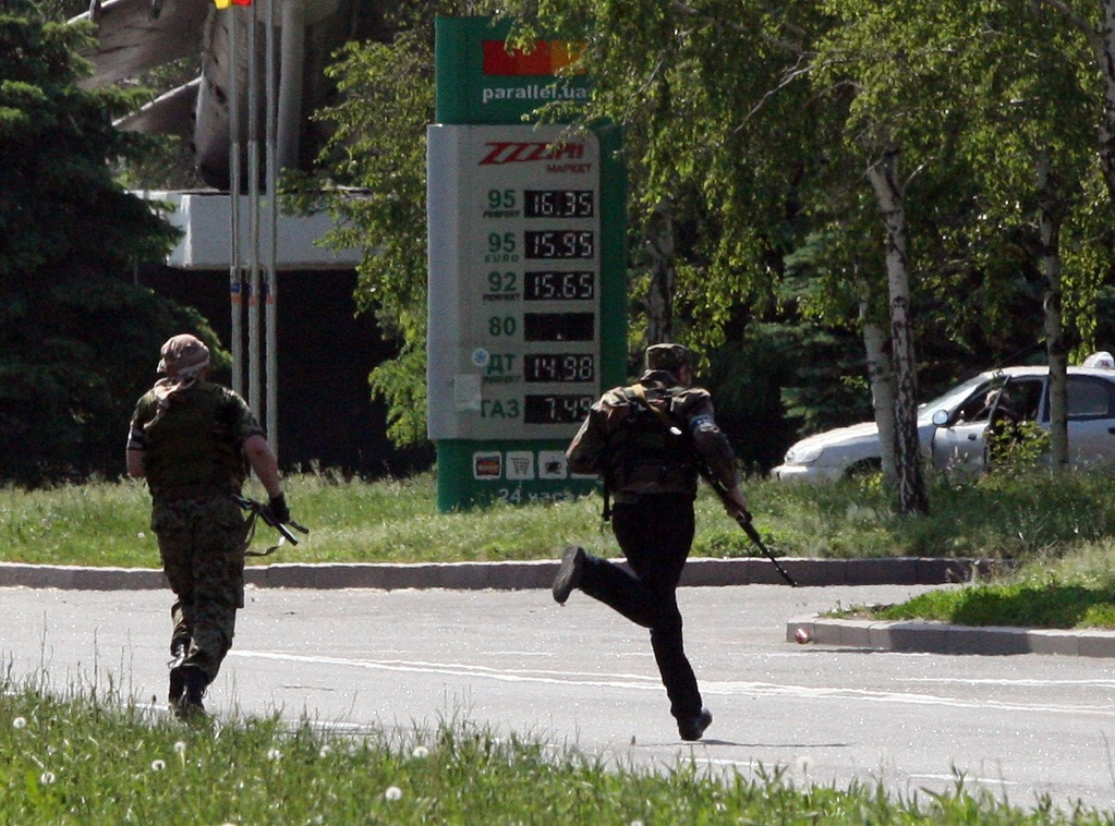 . Pro-Russia militants take part in the combat with Ukrainian troops at the international airport of the eastern Ukrainian city of Donetsk on May 26, 2014. Ukrainian combat helicopters hit the main terminal building at Donetsk airport in the rebel-held east on Monday in an offensive against gunmen who have seized the complex, an AFP correspondent said.   AFP PHOTO/ ALEXANDER KHUDOTEPLY
