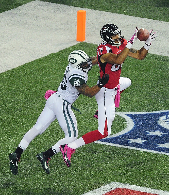 . Levine Toilolo #80 of the Atlanta Falcons makes a catch for a touchdown against Dawan Landry #26 of the New York Jets at the Georgia Dome on October 7, 2013 in Atlanta, Georgia. (Photo by Scott Cunningham/Getty Images)