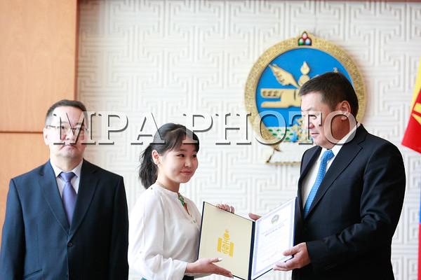 Шилдэг оюутнуудад Монгол Улсын Ерөнхийлөгчийн нэрэмжит тэтгэлэг хүртээв