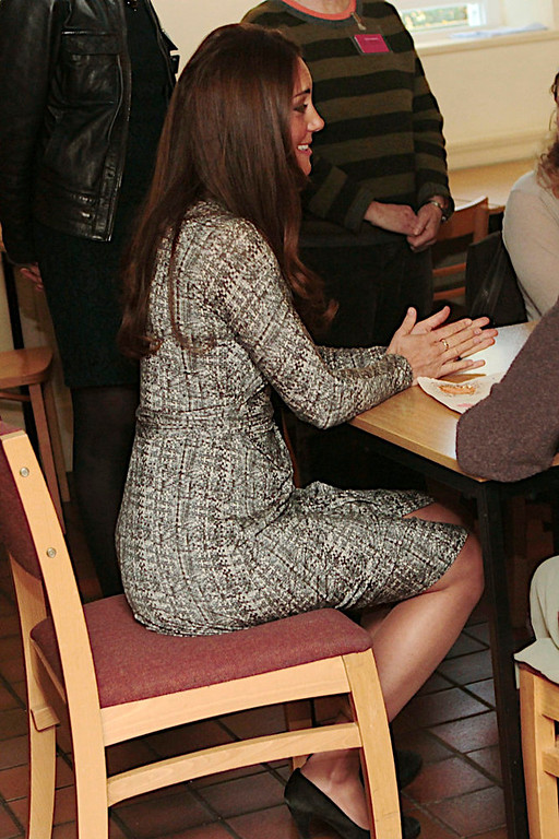 . Britain\'s Catherine, Duchess of Cambridge speaks with the art therapy group during her official visit to Hope House residential treatment centre, run by Action on Addiction for recovering addicts, London February 19, 2013.  REUTERS/Mary Turner/pool