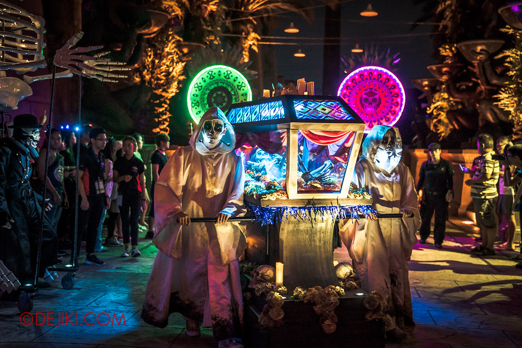 Halloween Horror Nights 6 - March of the Dead / Death March - Glass Coffin and Monks