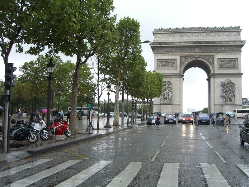 Eventjes het chaotische verkeer op de glibberige steentjes bij de Arc de Triumph..eehh... Triomphe gadeslaan