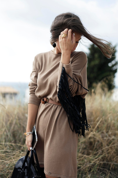 04_fringed_dress_and_long_boots_fashion_blogger_barcelona_theguestgirl.jpg