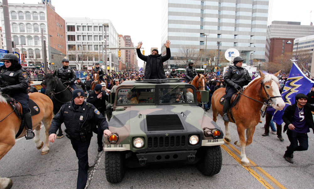 . Baltimore Ravens retiring linebacker Ray Lewis waves to fans on the team\'s parade route in Baltimore, Maryland February 5, 2013. The Ravens defeated the San Francisco 49ers to win the NFL championship.   REUTERS/Richard Clement