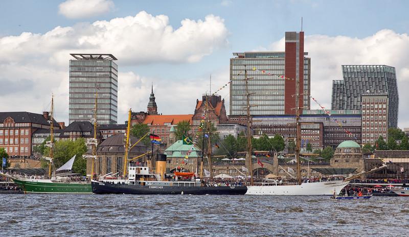 Hafengeburtstag Hamburg mit Eisbrecher Stettin vor dem Brauereiviertel