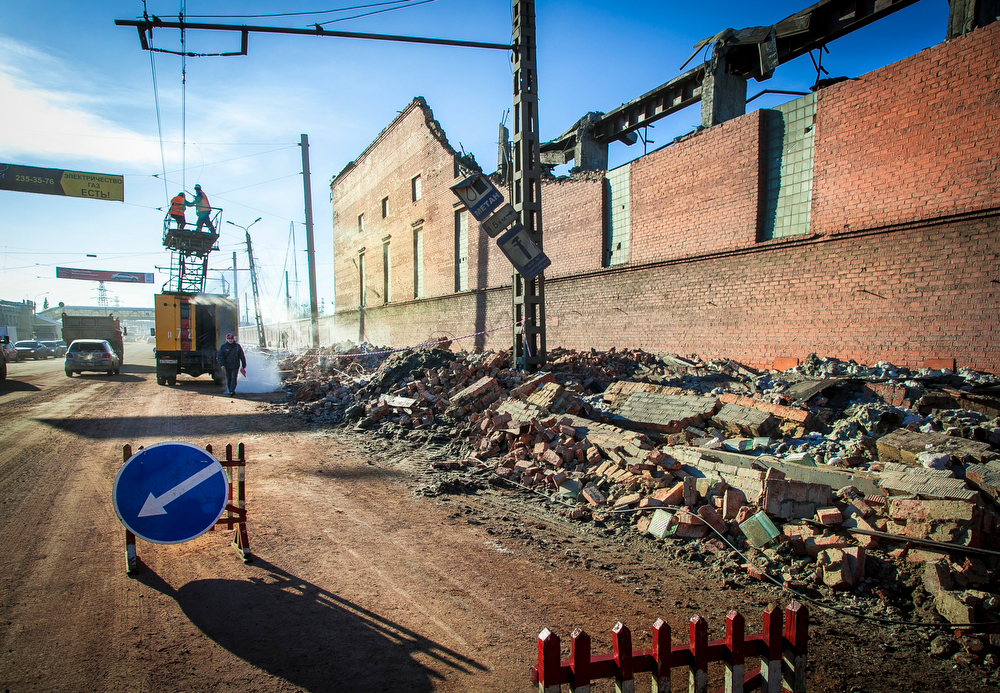 Description of . Workers repair a power line near the wall of a local zinc plant which was damaged by a shockwave from a meteor in the Urals city of Chelyabinsk, on February 15, 2013. A meteor strike in central Russia that left today hundreds of people injured is the biggest known human toll from a space rock, a British expert said.  OLEG KARGOPOLOV/AFP/Getty Images