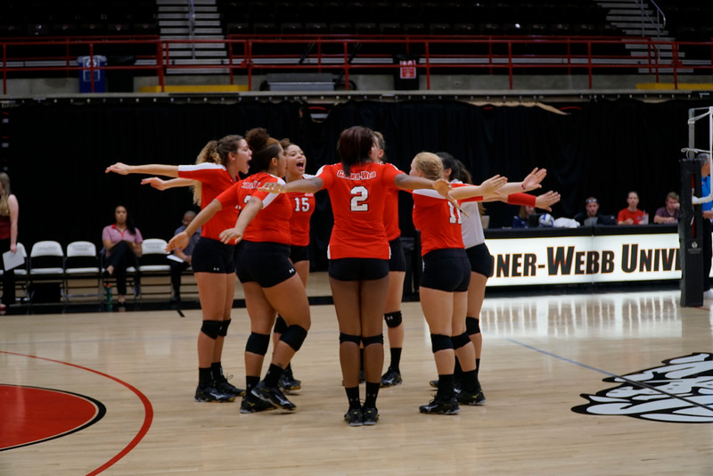 Womens volleyball prepares for their first set