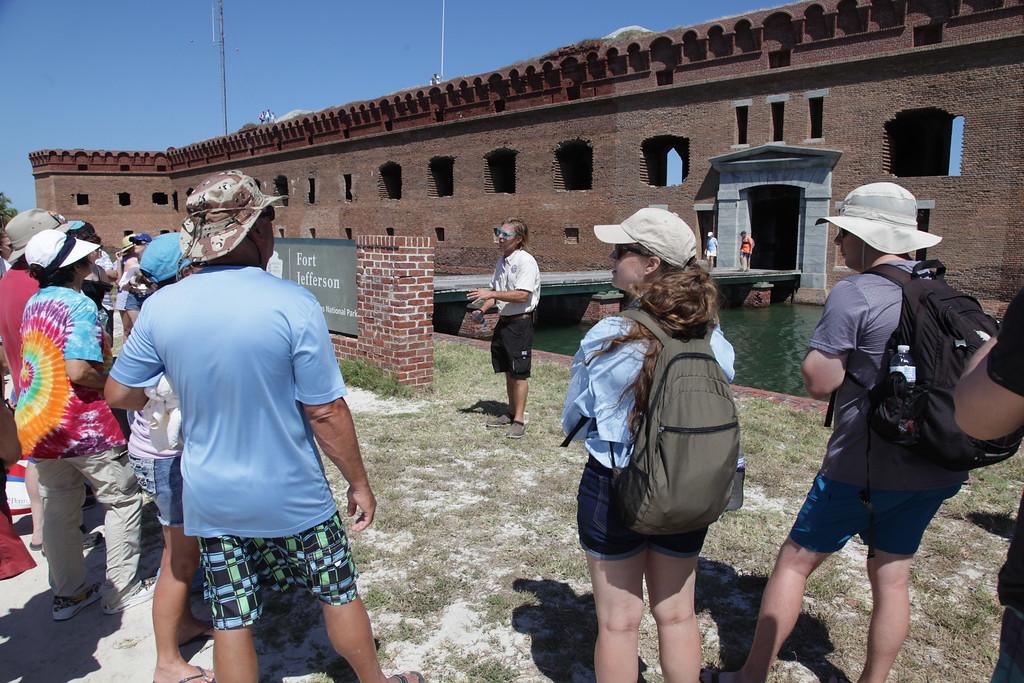Mis hijos escuchando a nuestro guía de viaje de un día en Dry Tortugas