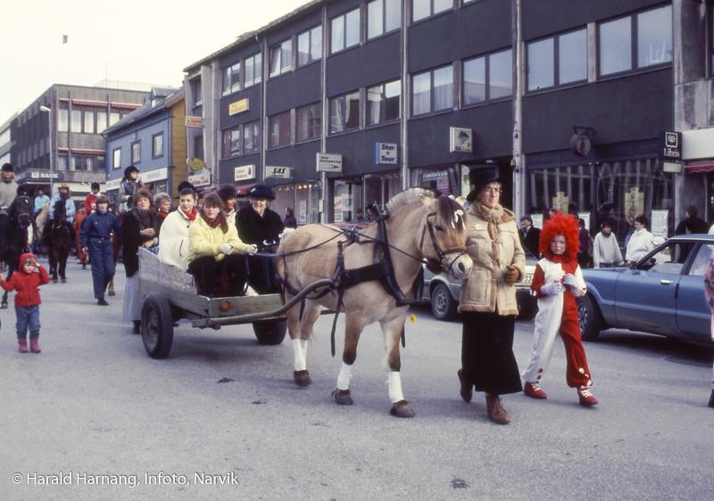 VU 1990, Barnas kostymetog og noen Svarta Bjørn-kandidater i egen hestevogn. Bak i vogna til venstre Linda Rondestvedt som ble SB dette året. Edel Storelvmo leier en rolig fjording. Legg merke til bar asfalt. Dette året var det ekstremt lite snø og parkvesenets biler måtte kjøre snø for at ungene skulle ha den tradisjonelle snø-skulpturfesten foran kinoen.