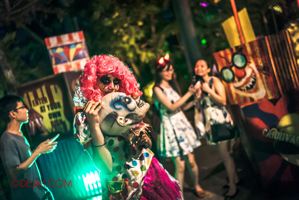 Halloween Horror Nights 7 - Happy Horror Days scare zone / April Fool's Day Clown Girl