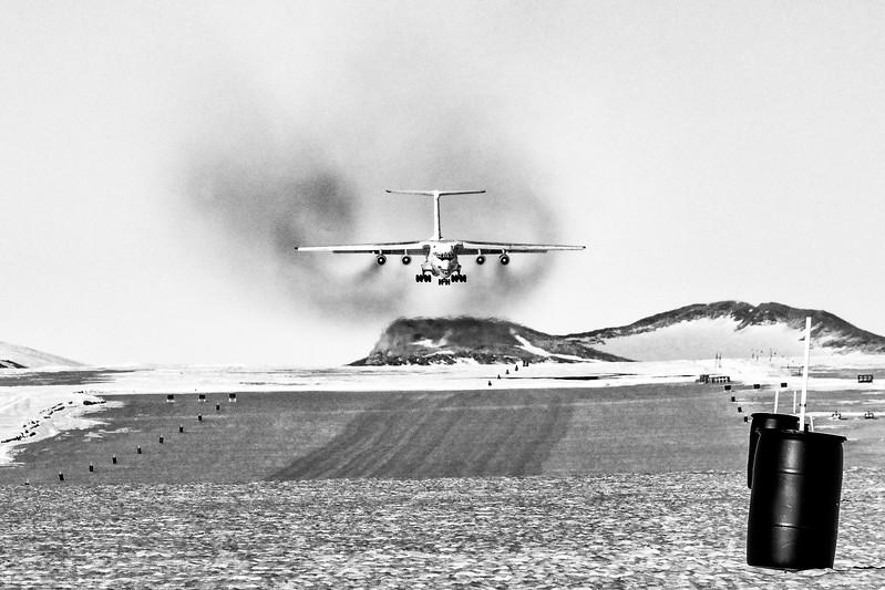 IL-76 Landding Korean TV -1-14-18106955.jpg