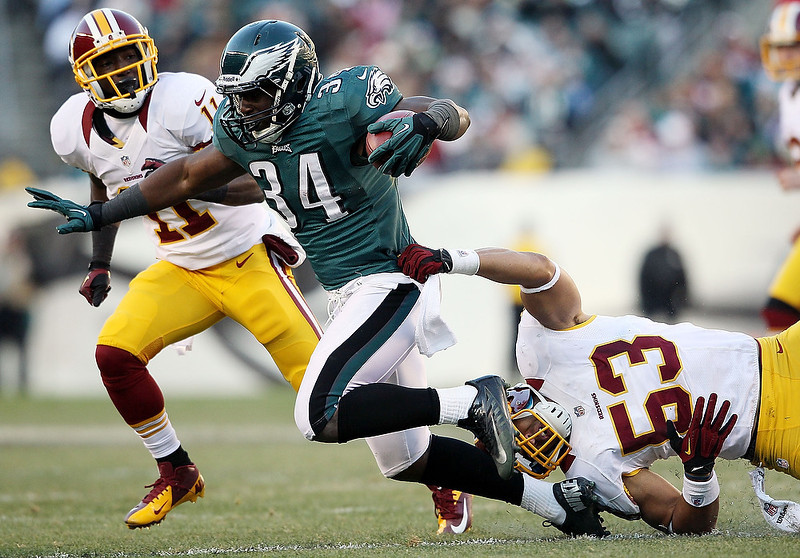 . Bryce Brown #34 of the Philadelphia Eagles runs with the ball as Bryan Kehl #53 and Aldrick Robinson #11 of the Washington Redskins try to make the tackle at Lincoln Financial Field on December 23, 2012 in Philadelphia, Pennsylvania.  (Photo by Alex Trautwig/Getty Images)