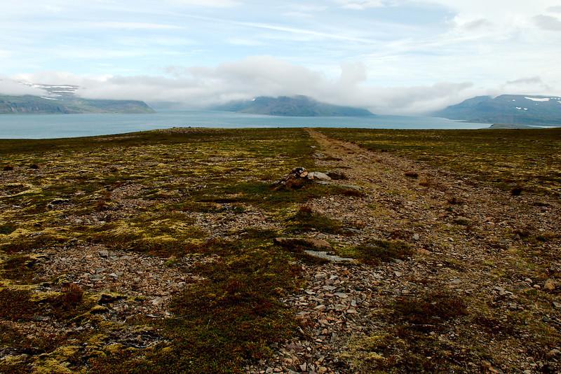 Horft af Staðarheiði inn í Jökulfirði. Kvíar til vinstri, þá Lónafjörður, Lónanúpur, Hrafnfjörður, Kjósarnúpur og rétt glittir í Leirufjörð hægra megin.