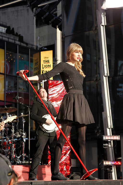 ". DICK CLARK\'S NEW YEAR\'S ROCKIN\' EVE WITH RYAN SEACREST 2013 - Ten-time American Music Award winner Taylor Swift will headline ""Dick Clark\'s New Year�s Rockin\' Eve with Ryan Seacrest 2013,�\"" performing live in front of a crowd of an estimated 1 million people in Times Square just before the ball drops on MONDAY, DECEMBER 31 on the ABC Television Network.  (ABC/Lou Rocco) TAYLOR SWIFT  file photo"