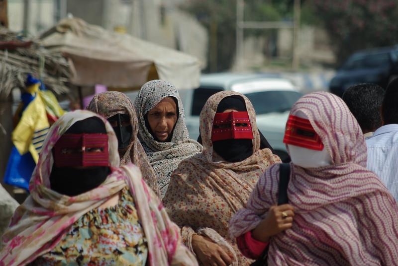 Panie w typowych zakryciach twarzy w okolicach zatoki perskiej - podobno pochodzi to zo Omanu