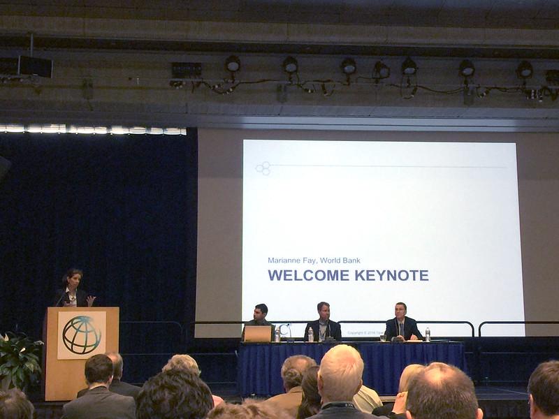 OGC TC.PC 會議開幕式上,世界銀行組織官員會場致詞,歡迎與會二佰多位來自全球產官學界專家.JPG