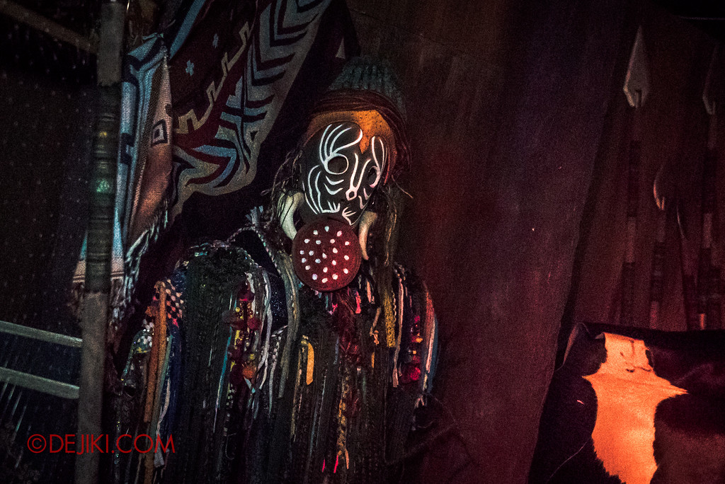 Halloween Horror Nights 7 - HEX haunted house / Tribal mask man