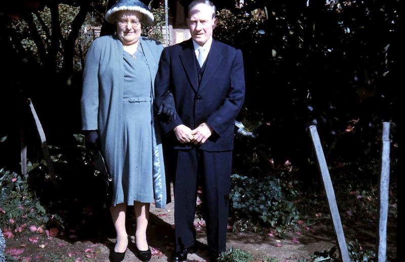 1961-8-19 (11) Mum & Dad.JPG