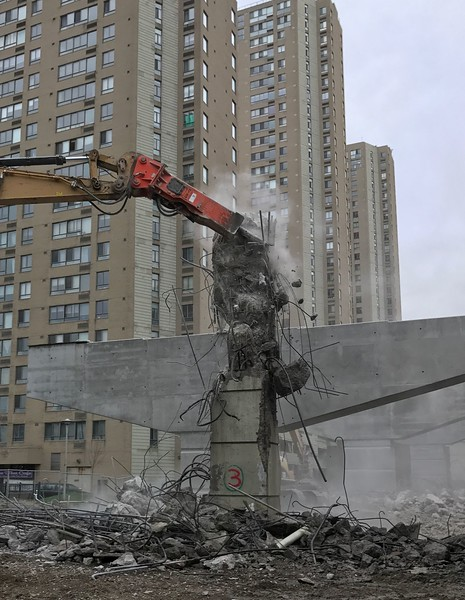 NPK GH18 hydraulic hammer with enclosed bracket on Cat excavator - commercial demolition, downtown Toronto 2017 cropped.jpg