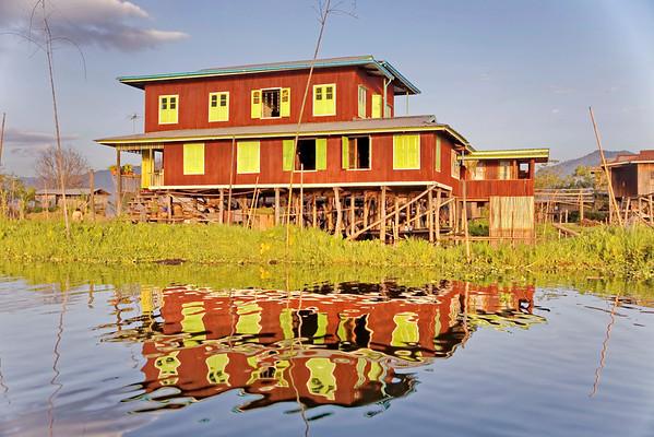 Habitations Inthas sur le lac Inle