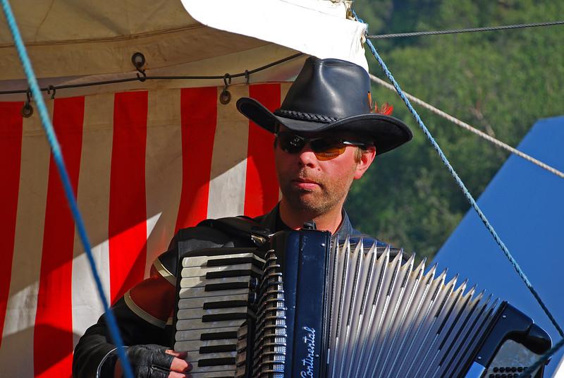 Harmonikuspil meðan beðið var eftir matnum