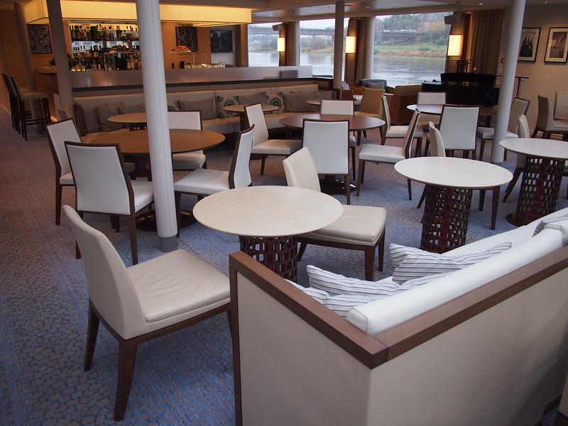 P8187456-lounge-bar.JPG