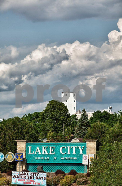 A sign greeting people to Lake City, MN the birthplace of water skiing.