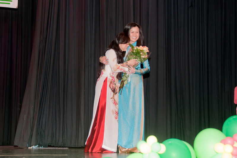 Cô Nhất Anh tặng hoa cho côThanh, trưởng ban Văn Nghệ
