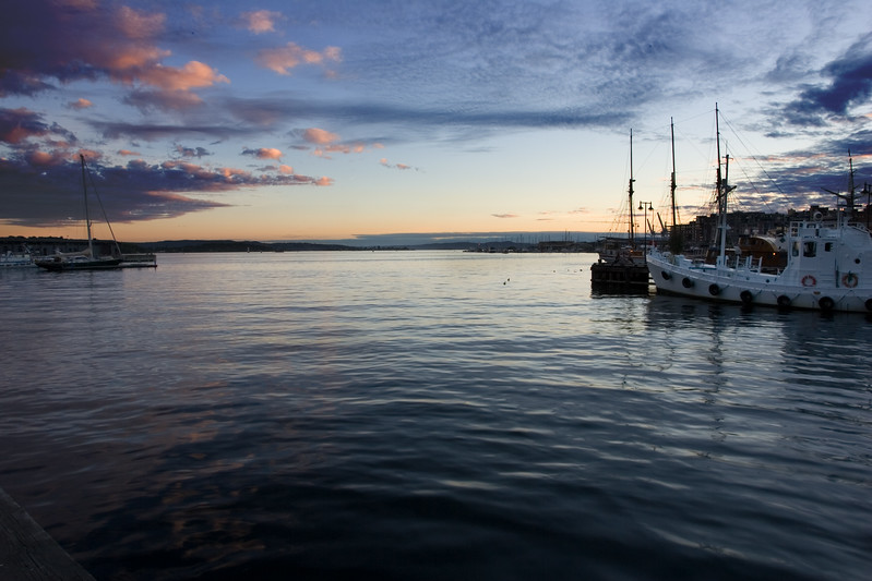 Moody, atmospheric image of Oslo's fjord at dusk