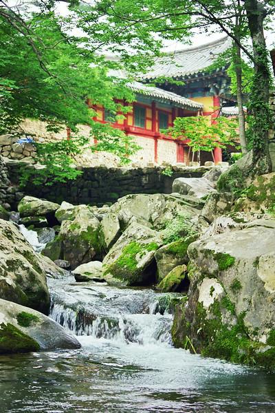 2001 temple near Yosu, Korea.jpg