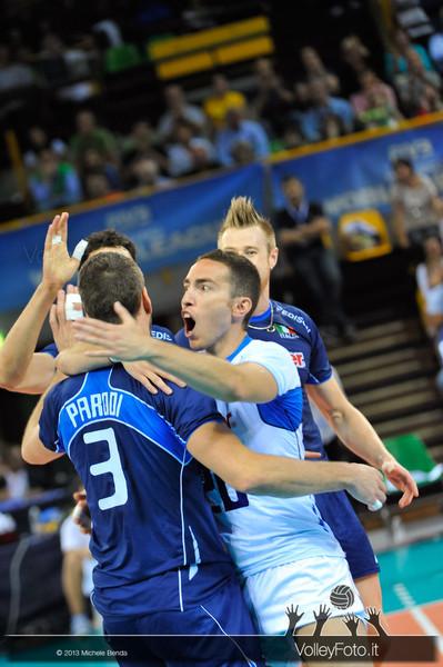 Salvatore Rossini [ITA] abbraccia i compagni - Italia-Iran, World League 2013 - Modena