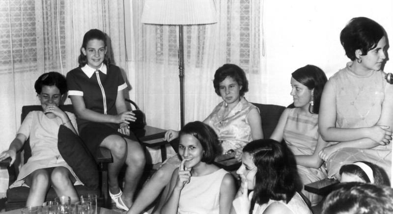1968- Meninas em casa do Eng. Matos Paula Santos David, Rosa Lopes, São Matos, Lu Canhao Veloso, Xixao Pires,....