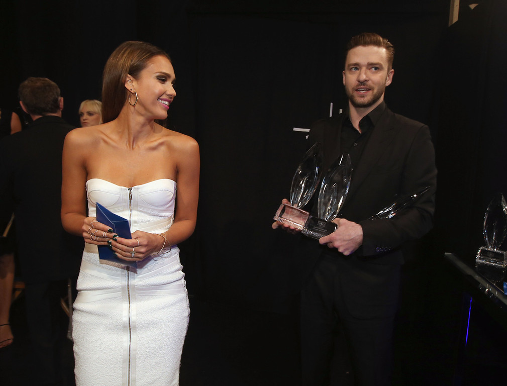 . LOS ANGELES, CA - JANUARY 08:  Actress Jessica Alba and actor/singer Justin Timberlake pose with the award for Favorite Album during The 40th Annual People\'s Choice Awards at Nokia Theatre L.A. Live on January 8, 2014 in Los Angeles, California.  (Photo by Christopher Polk/Getty Images for The People\'s Choice Awards)