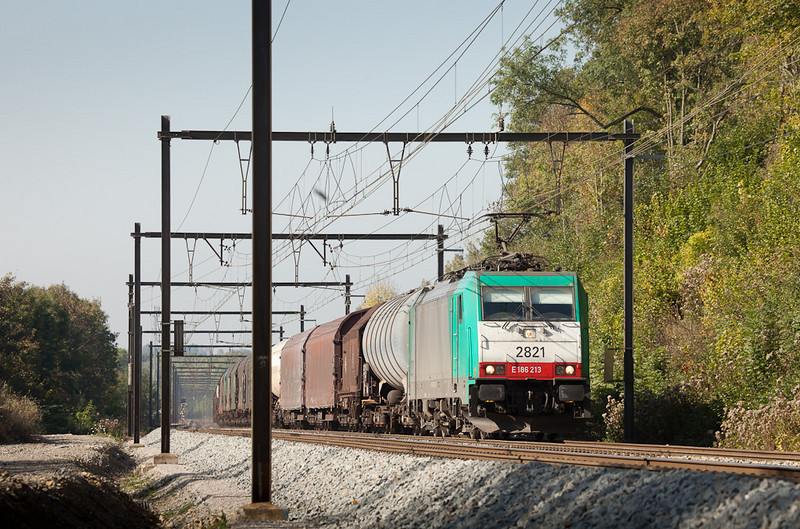 2821 has just passed Remersdaal with the 44541 (Antwerpen-Noord - Gremberg/D).