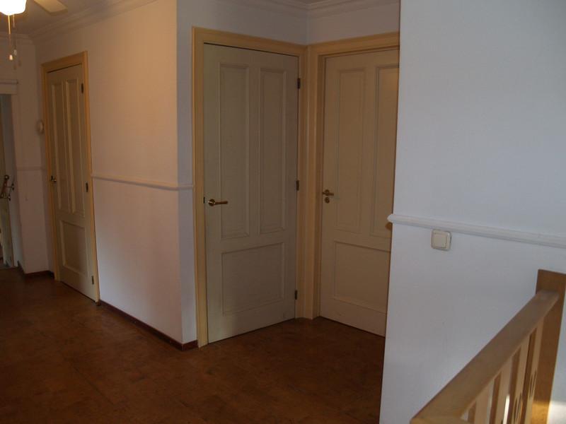 Rechterzijde boven-overloop: Meest linkse deur naar zolder, in de hoek bergkast en entree kamer 4. Niet zichtbaar deur naar kamer 3.