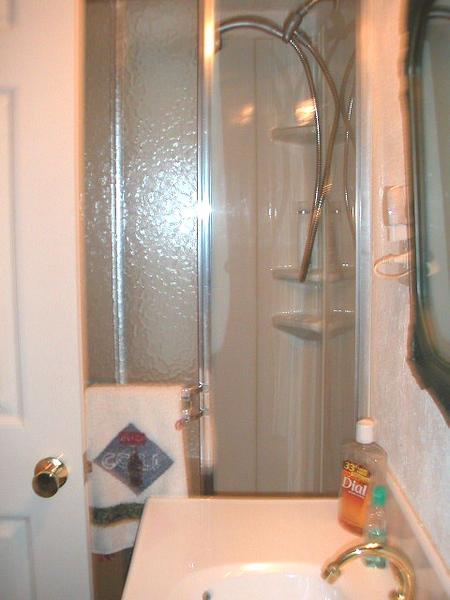 BathroomFamilyRoom2.JPG