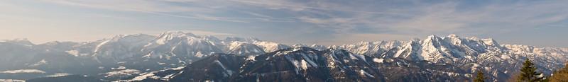 Blick vom Sengsengebirge auf die gegenüberliegenden Nachbarn. Ein paar namhafte Gipfel v.l.n.r: Stubwieswipfel, Rote Wand, Warscheneck, Torstein, Pyhrner Kampl, Schrocken, Kleiner u. Großer Hochkasten, Spitzmauer, Kleiner Priel, Großer Priel, Zwillingkogel