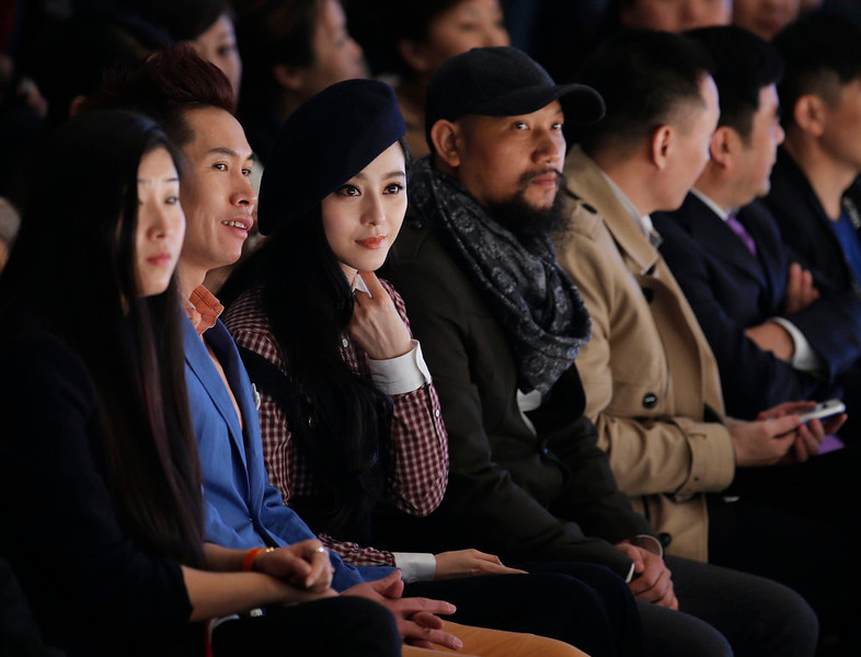 . Chinese actress Fan Bingbing (3rd from L) watches a fashion show by VISCAP Yuan Bing collection at China Fashion Week in Beijing March 26, 2013. The fashion week runs till March 30.  REUTERS/Kim Kyung-Hoon