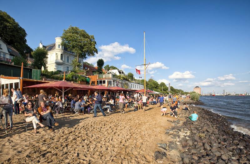 Elbstrand mit Menschen Strandperle Oevelgönne bei Sonne Hamburg