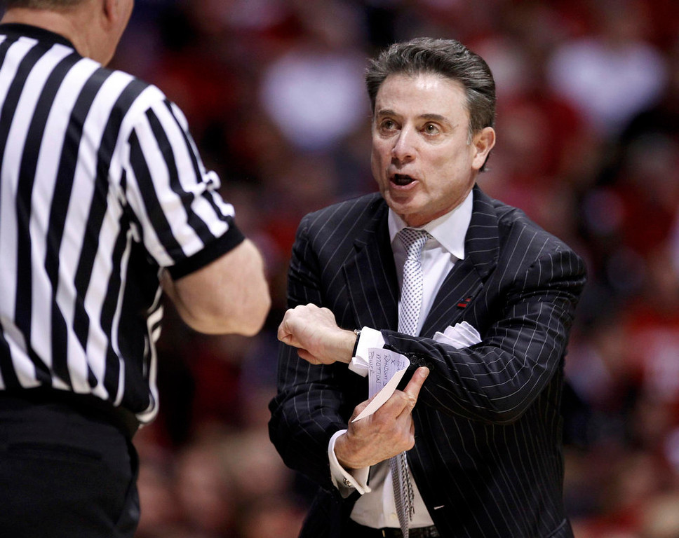 . Louisville Cardinals head coach Rick Pitino argues with an official during his team\'s game against the Duke Blue Devils during their Midwest Regional NCAA men\'s basketball game in Indianapolis, Indiana, March 31, 2013. REUTERS/Matt Sullivan