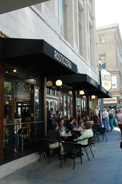 路旁的露天咖啡座