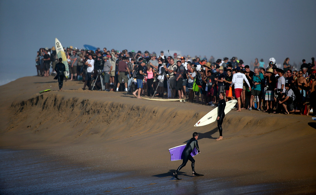 . A large crowd gathers to watch surfers and body surfer ride waves at the wedge on Wednesday, Aug. 27, 2014 in Newport Beach, Calif. Beach goers experienced much higher than normal surf, brought on by Hurricane Marie spinning off the coast on Mexico. (AP Photo/Chris Carlson)