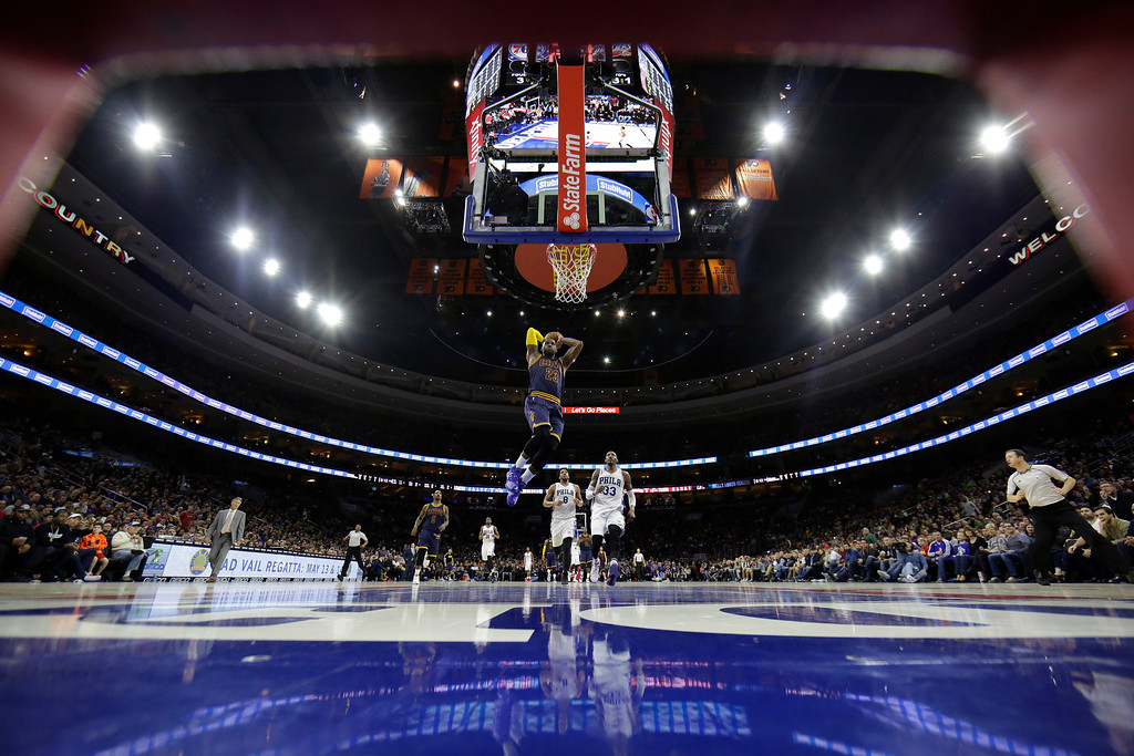 . Cleveland Cavaliers\' LeBron James goes up for a dunk during the second half of an NBA basketball game against the Philadelphia 76ers, Sunday, Jan. 10, 2016, in Philadelphia. Cleveland won 95-85. (AP Photo/Matt Slocum)