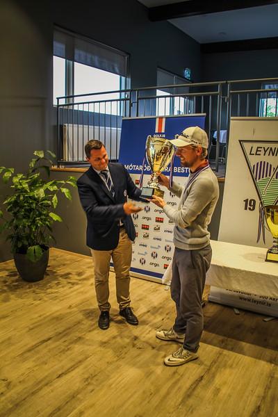 Rúnar Arnórsson, fær bikarinn stóra, frá Hauki forseta GSÍ.  Mynd/seth@golf.is