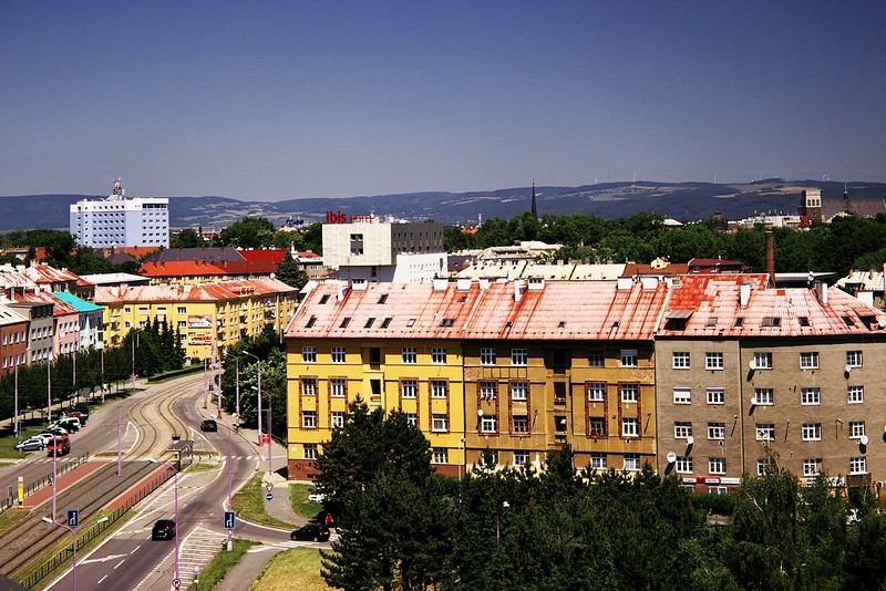 Pohled z Hotelového domu směrem k zastávce Wolkerova. Vlevo v pozadí hotel Flora, uprostřed hotel Ibis