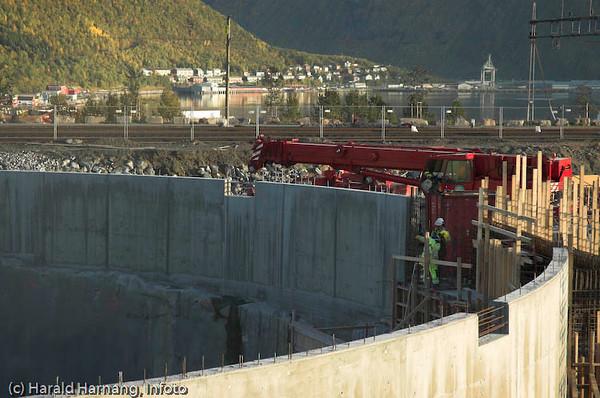 """SILA, silo og lager. bygges på LKABs område. Foto: sept 2007. Fakta: Det 12 lagersiloer under jord.  Hver silo rommer ca 105.000 tonn pellets (15 togsett) eller 130.000 tonn fines. Siloene er sirkulære med en bergsilo på 38 meter i diameter og 60 meter dyp.  Ca ½-parten av dette er under havflaten.  Siloene har en inntersilo  -  """"silo i silo"""" – 10 meter i diameter og 45 meter dyp."""