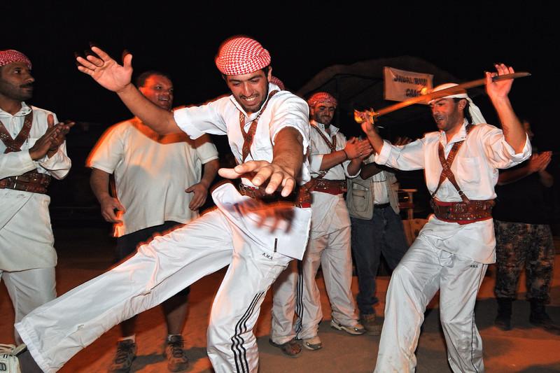 Hochzeitstanz als Touristenattraktion im Jabal Rum Camp im Wadi Rum. Das Wadi Rum ist eine beeindruckende Wüstenlandschaft im Süden von Jordanien, die einst die zweiten Heimat des britischen Archäologen, Geheimagenten und Schriftstellers T.E. Lawrence war (Lawrence von Arabien).