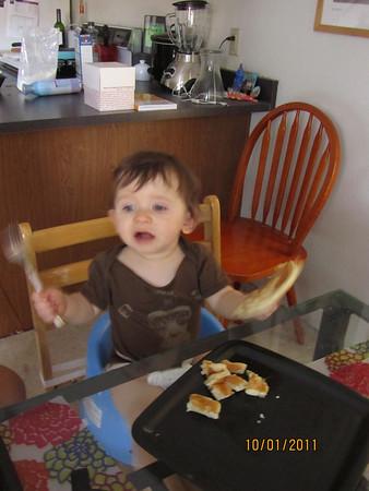 Mateo come pancakes con Titi (Octubre 2011)